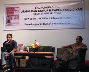 Pengamat pendidikan, Darmaningtyas, (kiri), dalam diskusi peluncuran bukunya di kafe Newseum Jakarta, Selasa 23 September lalu (Okta Wiguna / Dunia Buku)